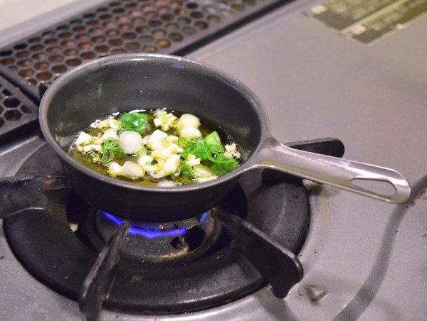 オリーブオイルを熱しニンニクとねぎを入れる