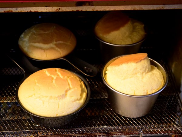 プチスキレットとアルミカップで焼いたシフォンケーキ