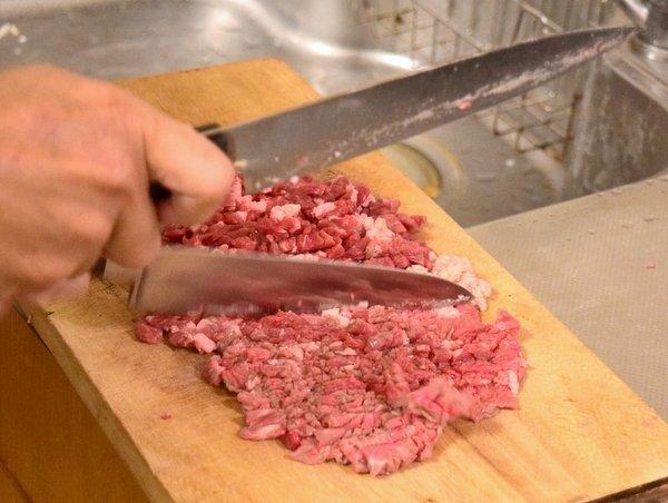 ダブル包丁で肉を叩く
