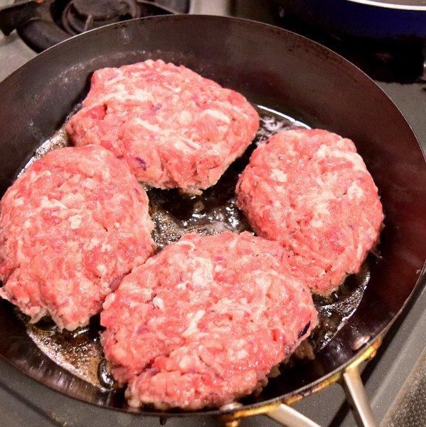 手作り挽肉のハンバーグを焼く