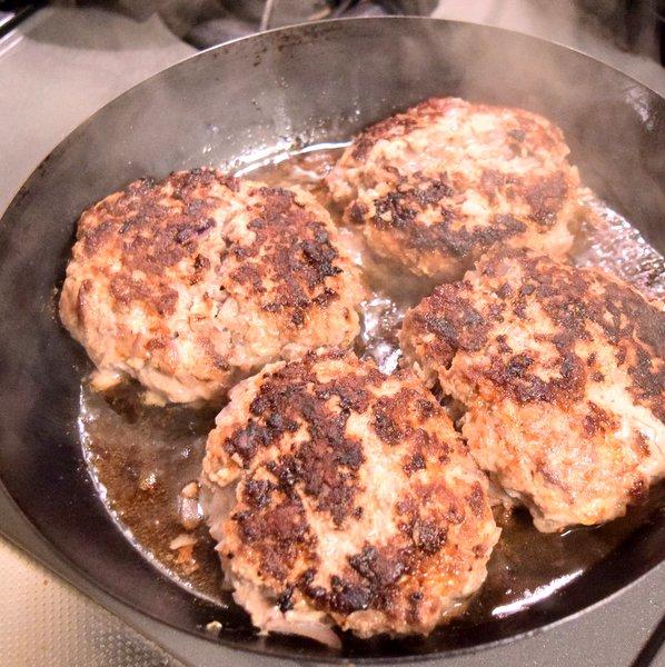焼けた手作り挽肉のハンバーグ