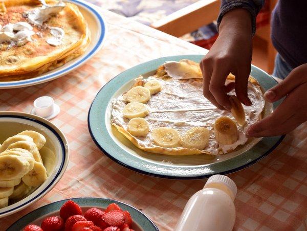 ホイップクリームを塗りバナナを並べる