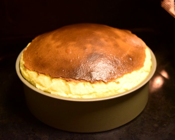 オーブンで焼きあがったばかりの膨らんだバスクチーズケーキ