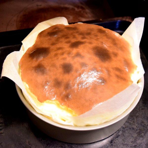 オーブンから取り出したばかりの膨らんだバスクチーズケーキ