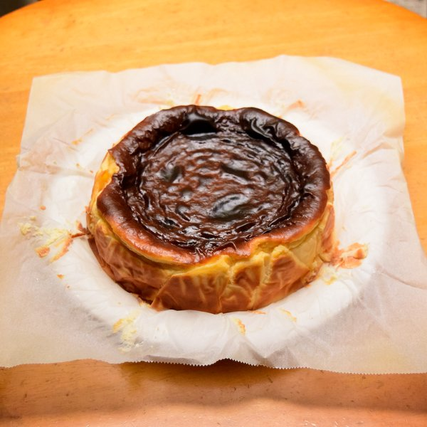 バスクチーズケーキの表面のクックングシートをめくる