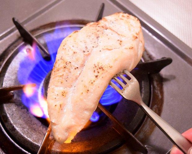 サラダチキンの表面を直火で焼く