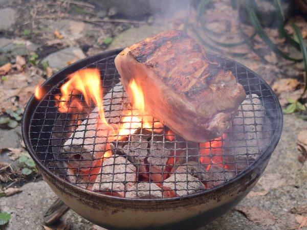 豚肉を炭火で焼いて1分半くらいで裏返したところ