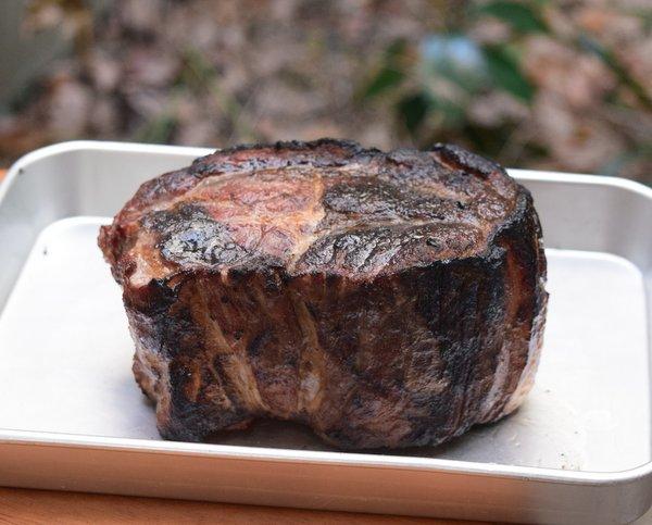 表面を炭火で焼いた豚肉