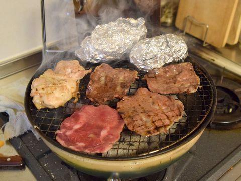 牛タン・鶏もも肉を焼く