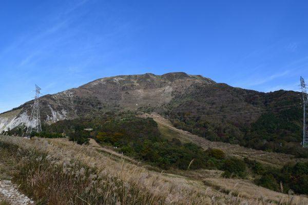 伊吹山3合目から山頂を望む