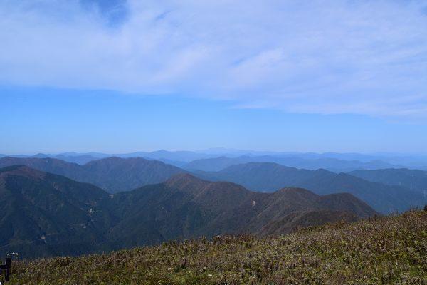 伊吹山頂から北の山々を望む