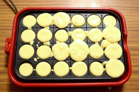 たこ焼き器にホットケーキの生地を流し込む