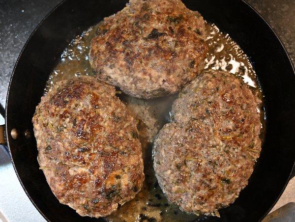 フライパンで焼いたハンバーグ