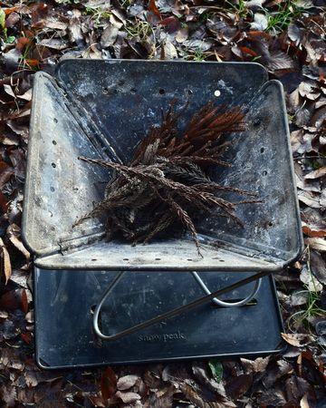 杉の葉を置く