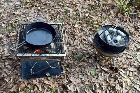 パンを焼きながらスキレットを予熱する