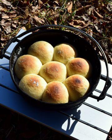 ダッチオーブンで焼いたパン