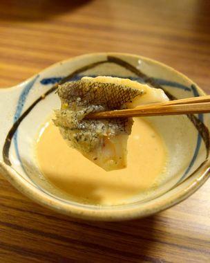 鱈にごまポン酢を付ける