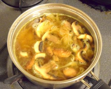 スープの中に炒めたものを入れて煮込む