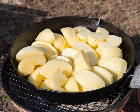 リンゴを敷き詰めたスキレット