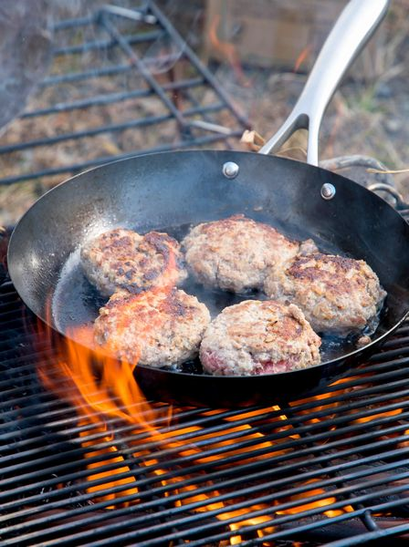 焚き火でハンバーグを焼く